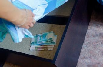 Житель Тверской области залез под матрас 74-летней пенсионерки за деньгами