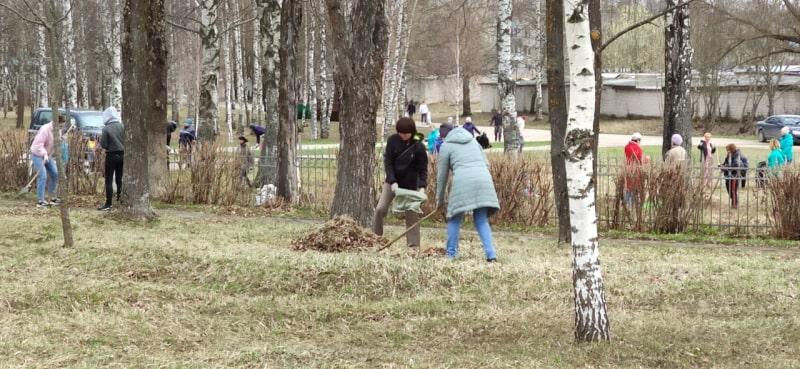 Полицейские и школьники привели в порядок Мемориальное братское кладбище в Вышнем Волочке
