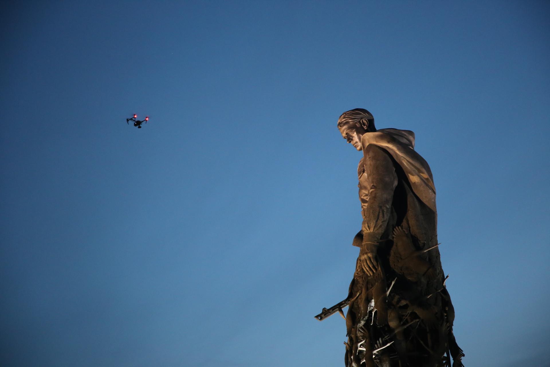 Над мемориалом в Тверской области взмыла тысяча дронов: фото, видео