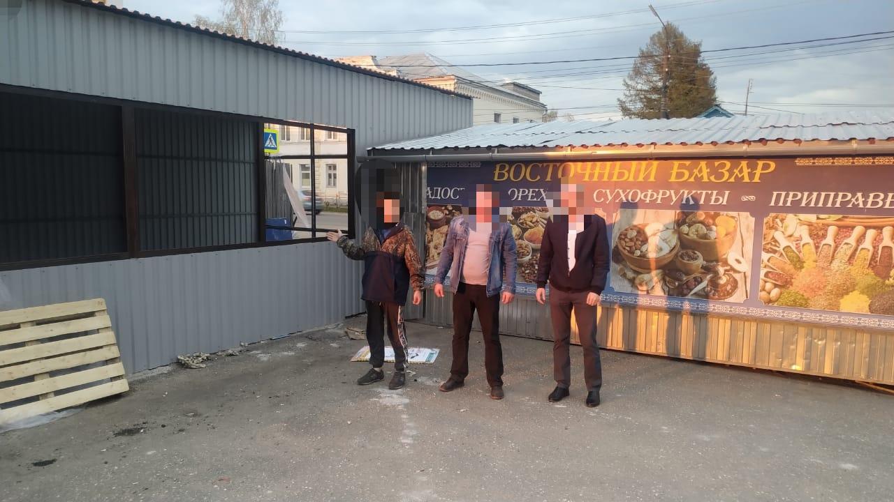 Двух человек подозревают в поджоге торгового павильона в Тверской области