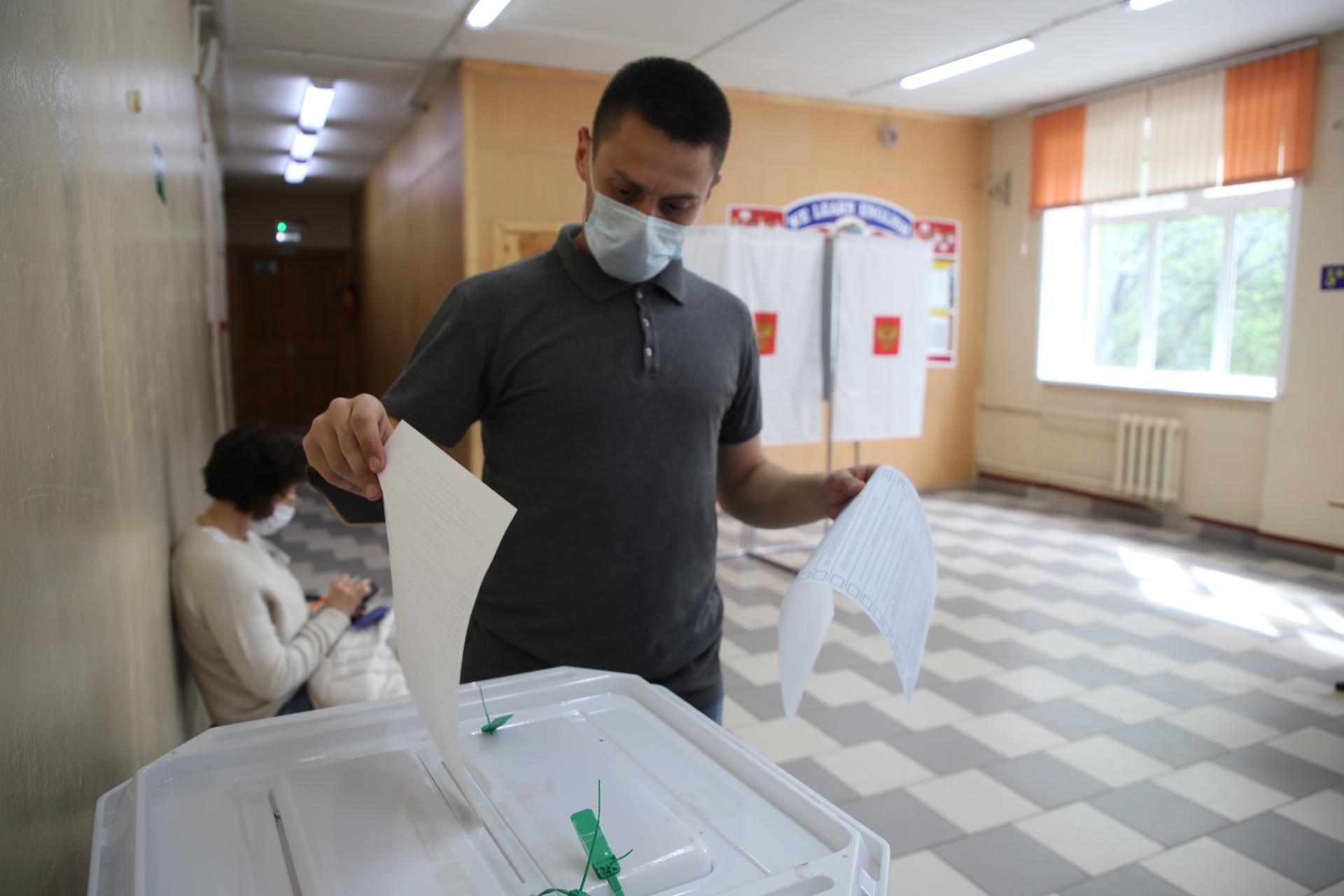Юлия Саранова пришла на участок для голосования вместе с братом