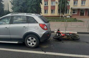 Пьяный скутерист влетел в иномарку на проспекте Калинина в Твери