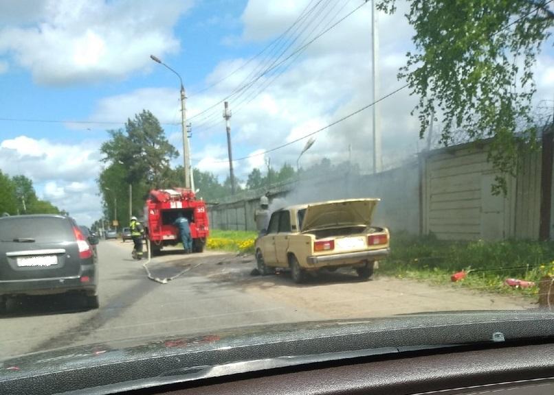 """В Тверской области """"Жигули"""" загорелись на ходу. Видео"""