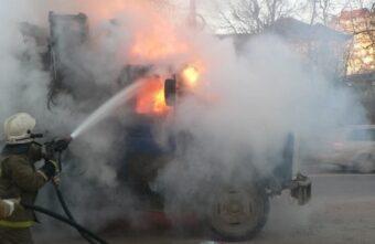 На дороге в Тверской области загорелся мусоровоз