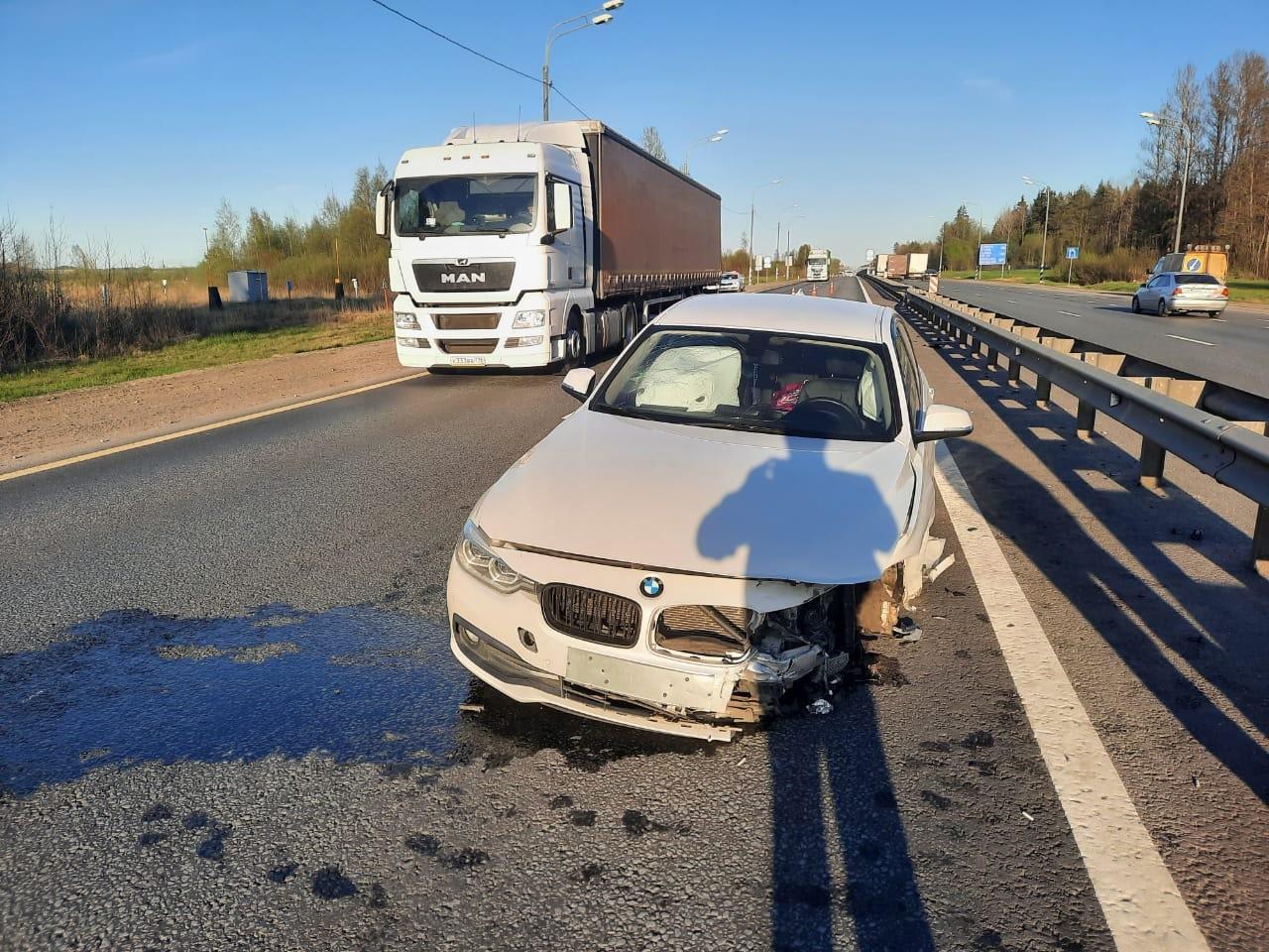 Иномарка налетела на отбойник на М-10 в Тверской области, есть пострадавшая