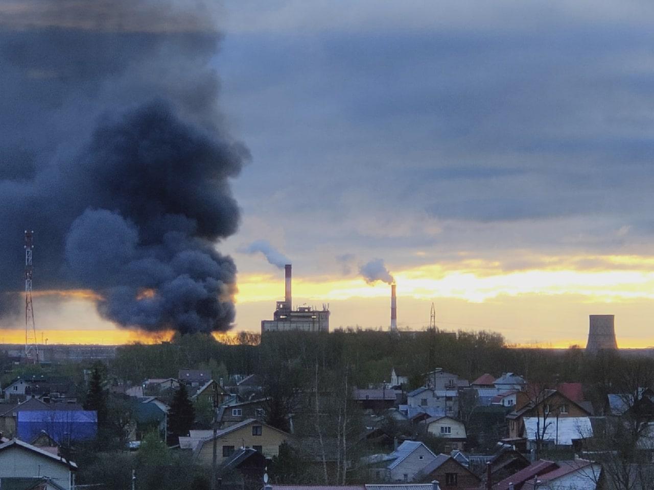 Утром в Твери загорелось производственное здание