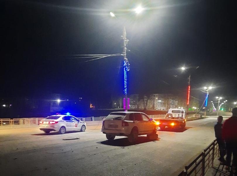 Porsche Cayenne протаранил столб в Тверской области