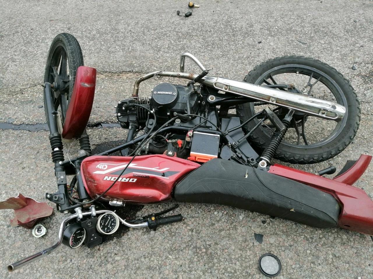 Появились фотографии с места столкновения мотоцикла и фуры в Тверской области