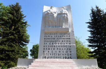 Игорь Руденя возложил цветы к Обелиску воинам-калязинцам, погибшим в годы Великой Отечественной войны