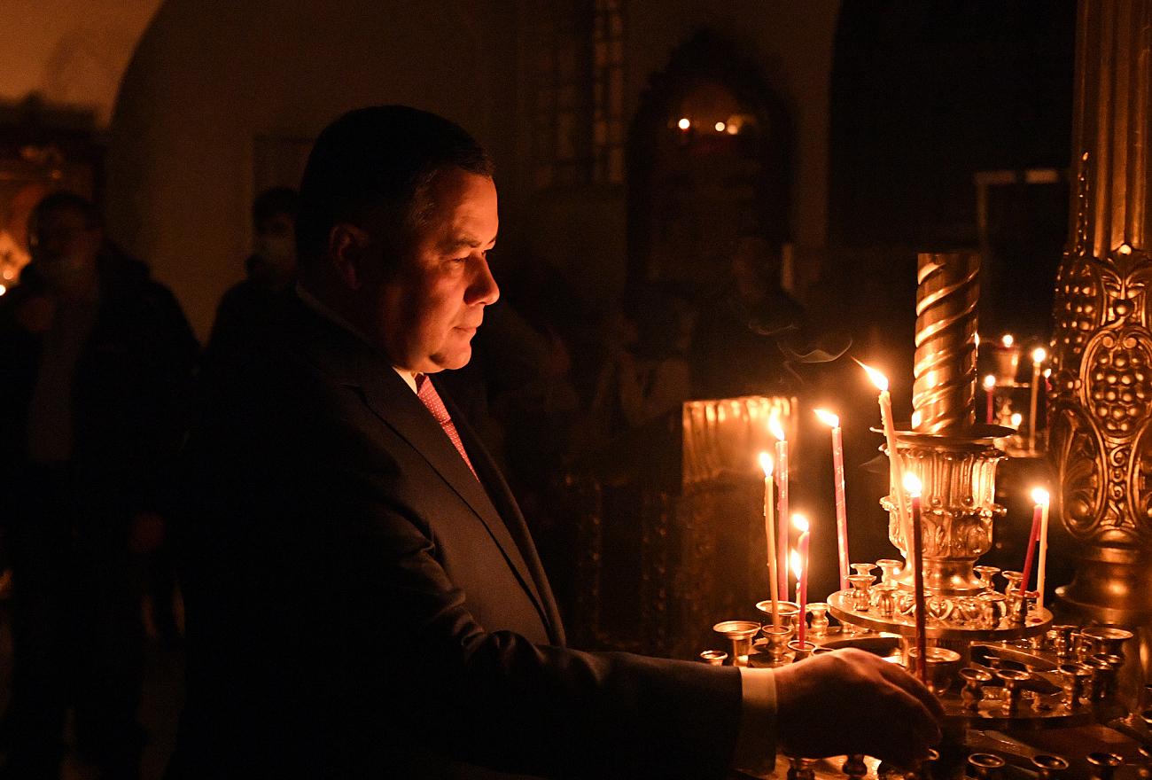 Опубликовано фото с пасхальной службы с участием губернатора Игоря Рудени