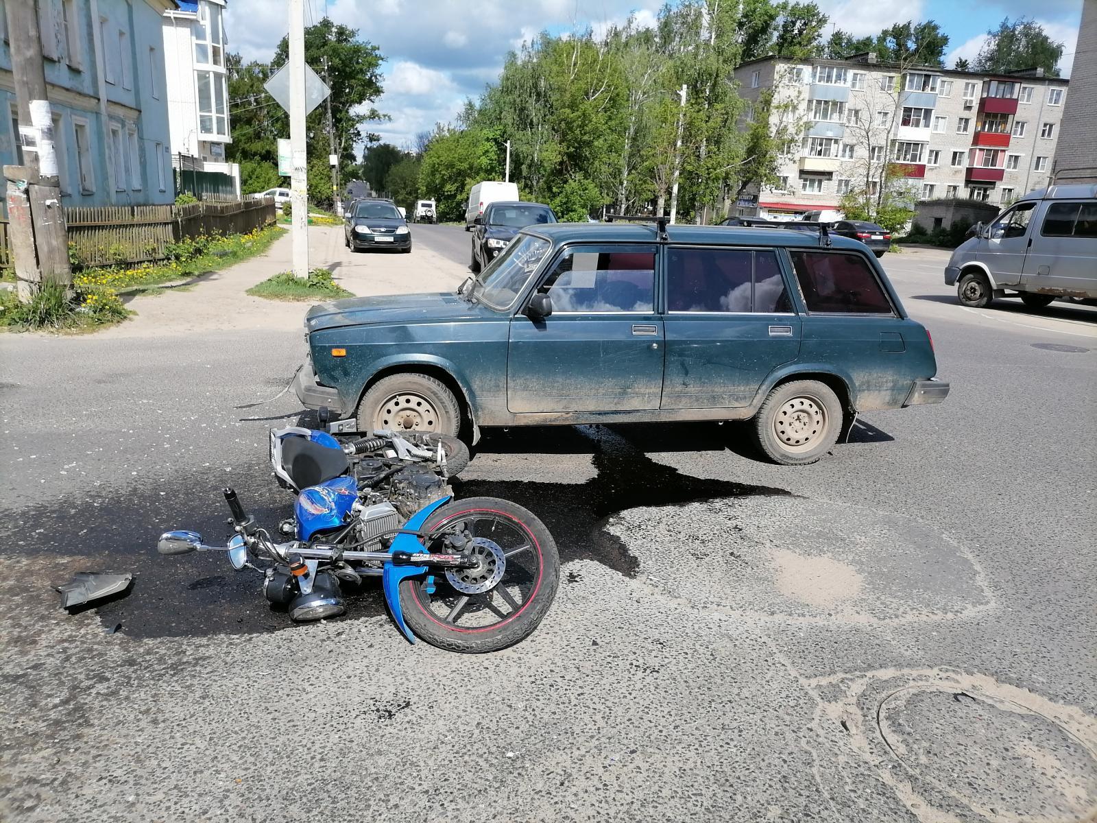 В Тверской области водитель ВАЗа сбил молодую женщину-мотоциклистку