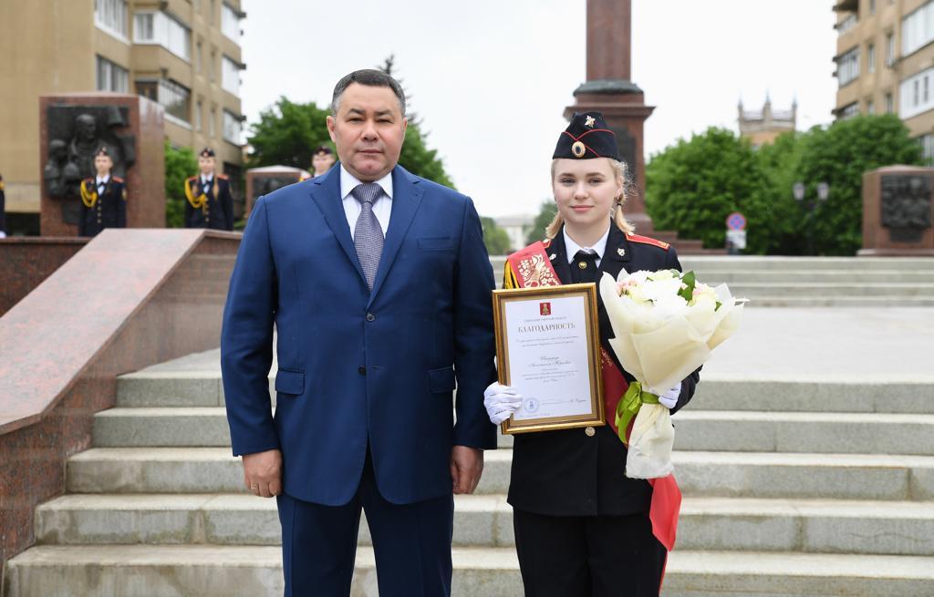 Губернатор наградил девушку, которая потеряла ботинок на параде в Твери