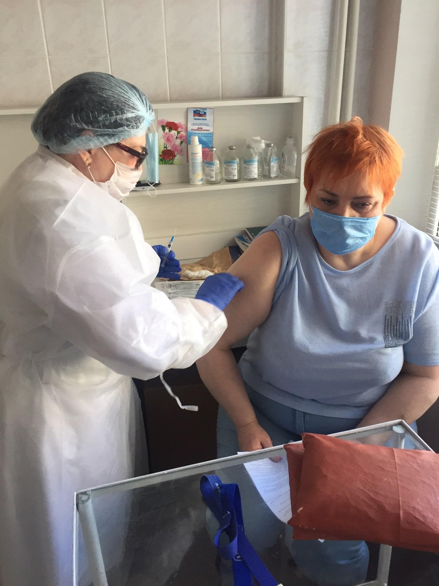 В Твери сотрудники Почты России вакцинировались от COVID-19 прямо на рабочем месте