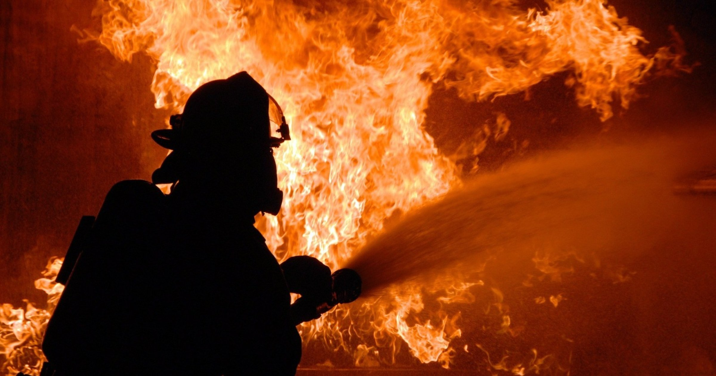 В Тверской области два человека погибли в горящем деревянном доме