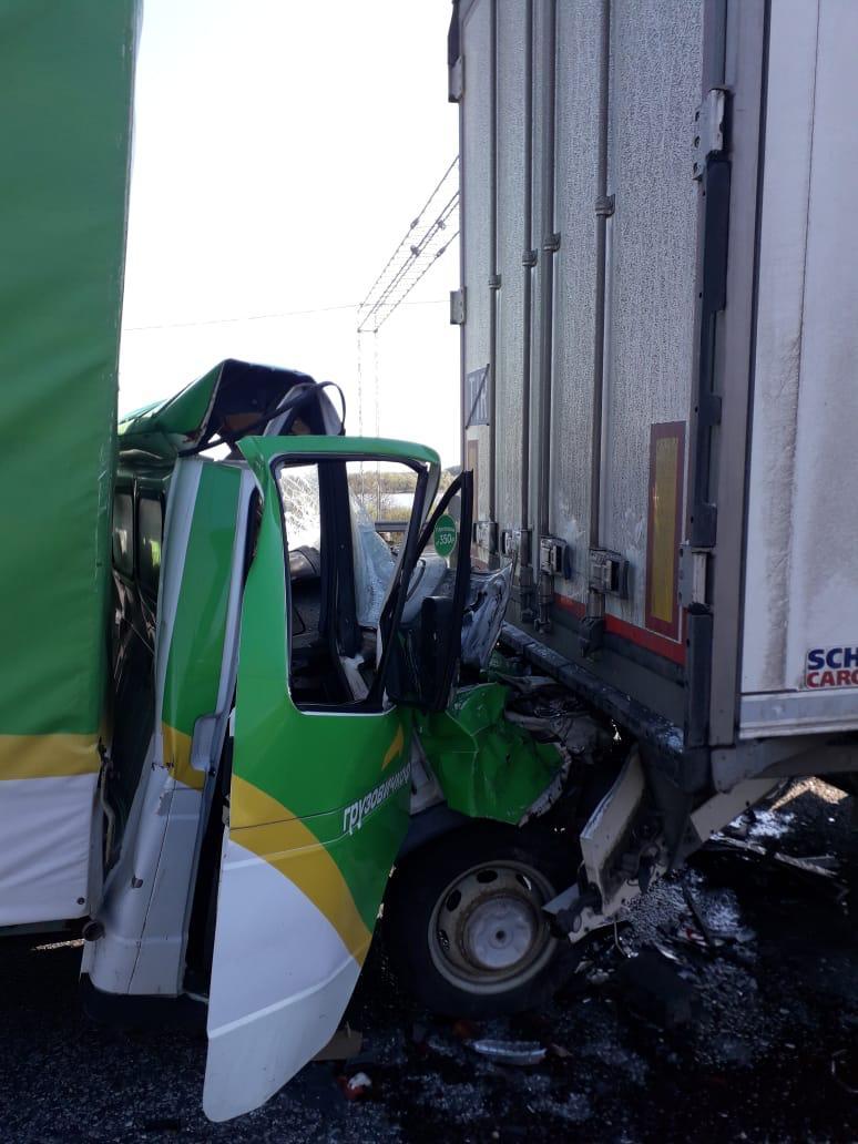 На трассе в Тверской области спасатели достают из «Газели» водителя