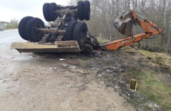 Экскаватор загорелся после столкновения с бензовозом в Тверской области, есть пострадавший