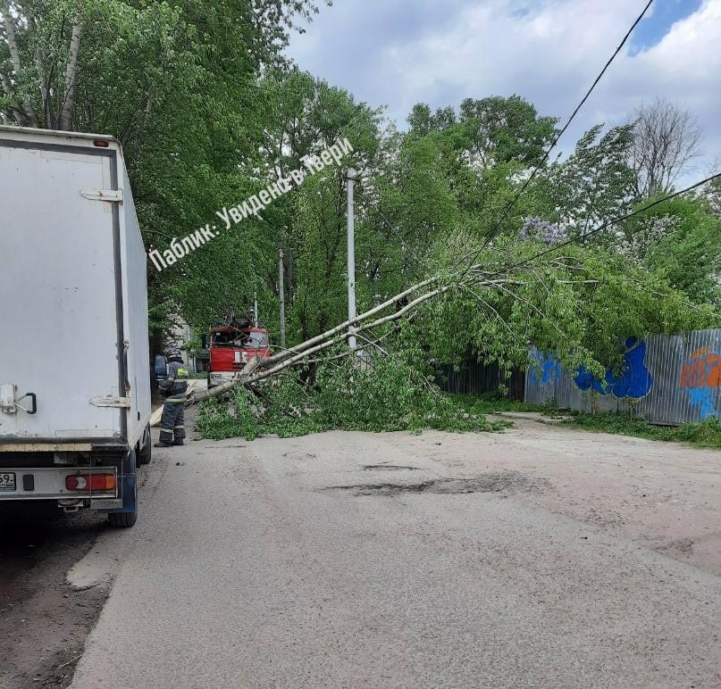 В Тверской области ураганный ветер снес автобусную остановку