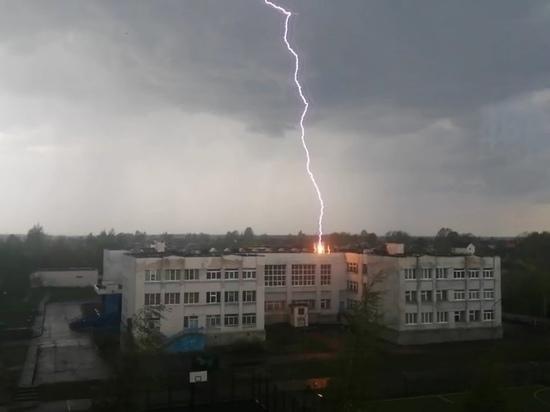 В Тверской области загорелась школа из-за удара молнии