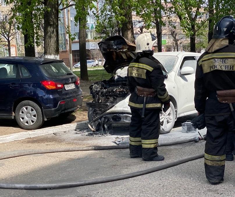 На дороге в центре Твери загорелась иномарка