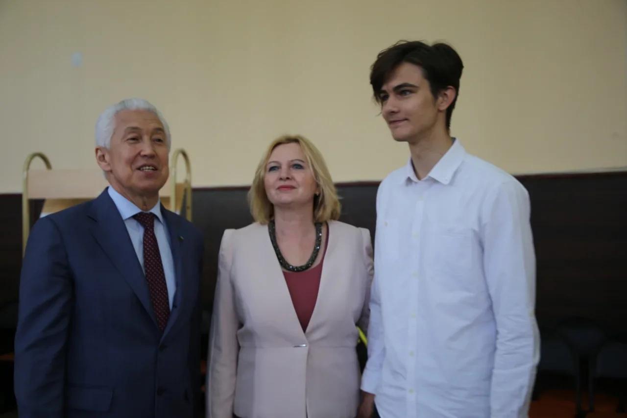 Владимир Васильев посетил участок предварительного голосования в школе N34 Твери