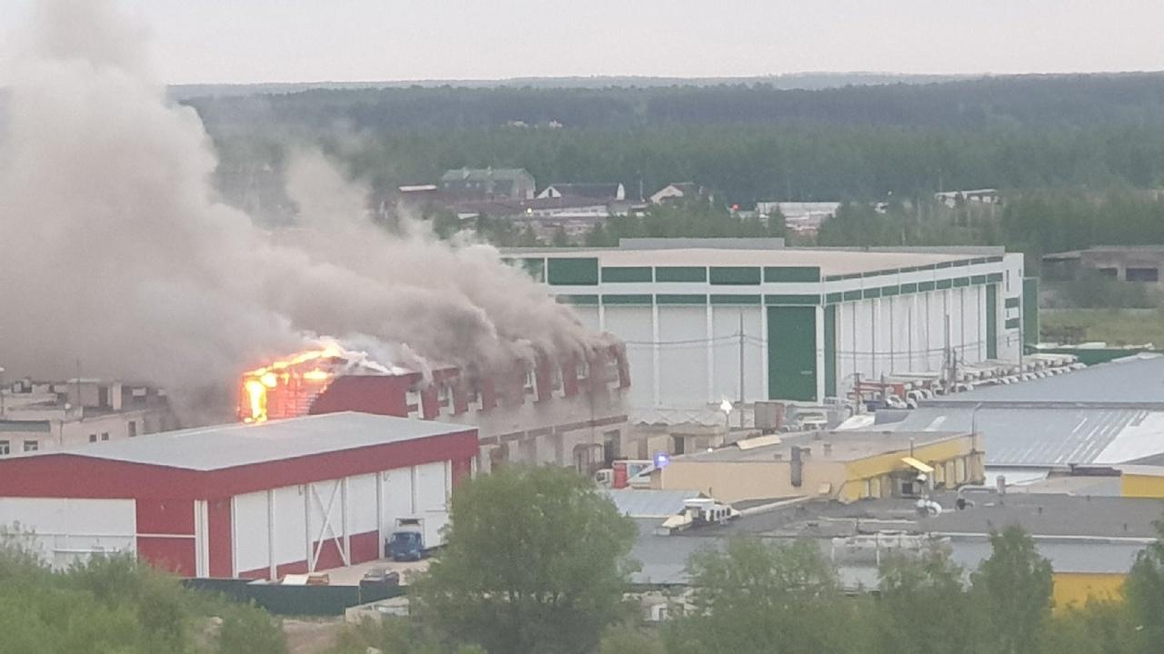 Отделения всех пожарных частей Твери выехали тушить горящее здание