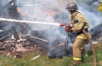 Два дома сгорели в деревне в Тверской области
