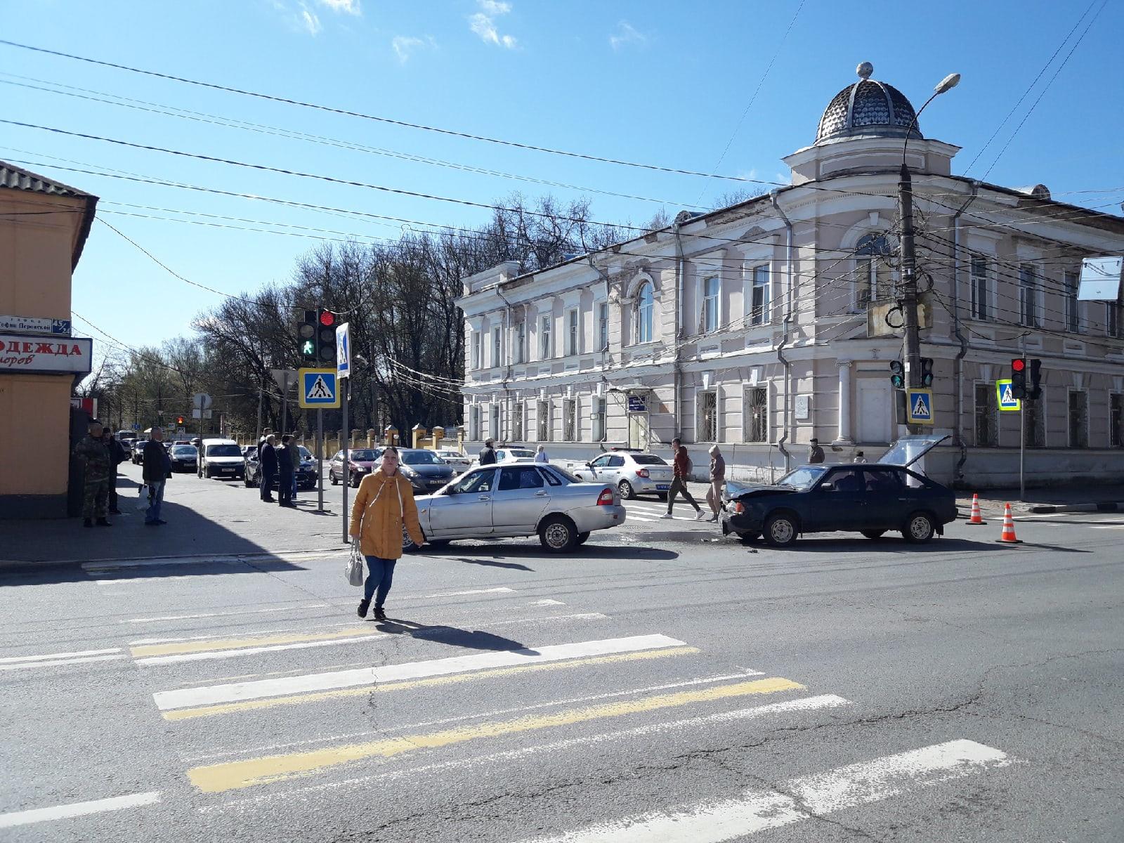 Две машины перекрыли улицу в Твери после аварии