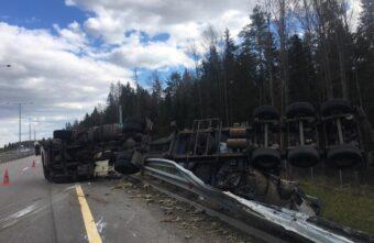 В Тверской области фура перевернулась после столкновения с иномаркой