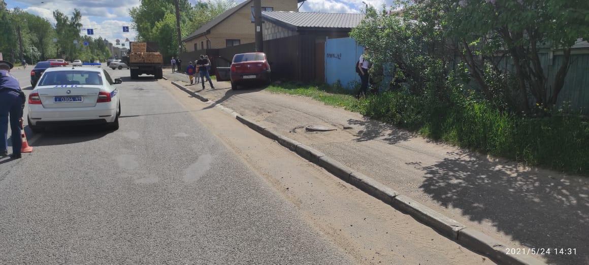 В Твери сбили девочку, которая шла по тротуару в школу