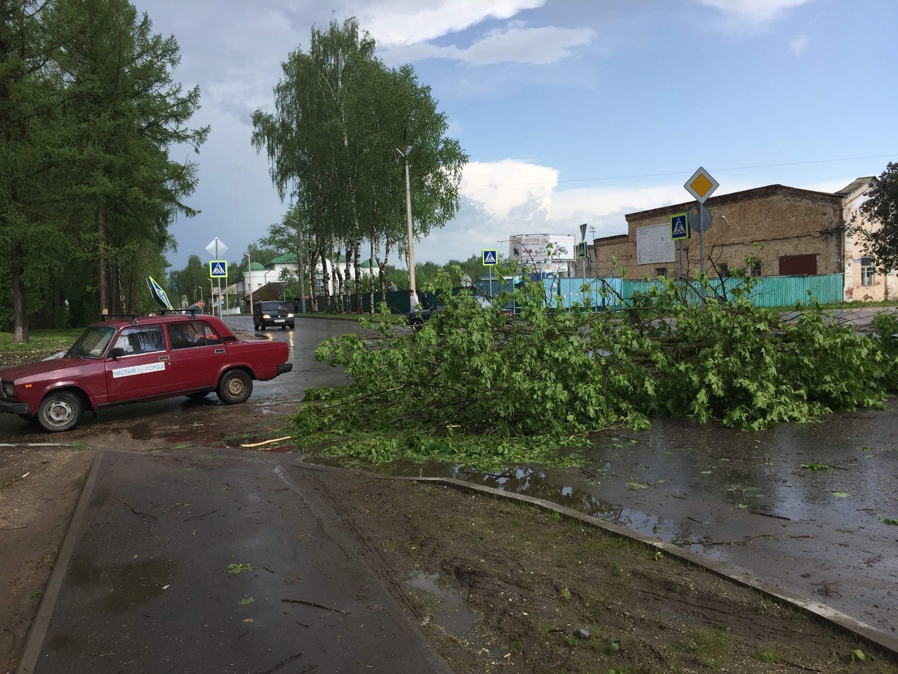 Страшная буря в Тверской области бросала на машины бетонные столбы