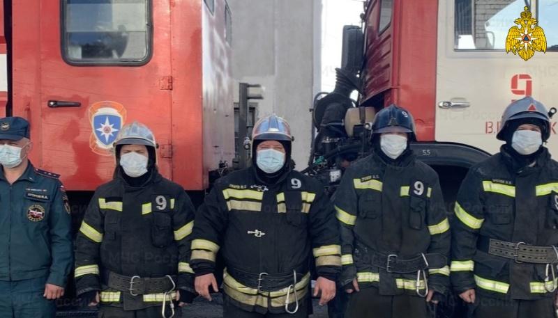 В Тверской области из горящей квартиры спасатели вывели двоих людей