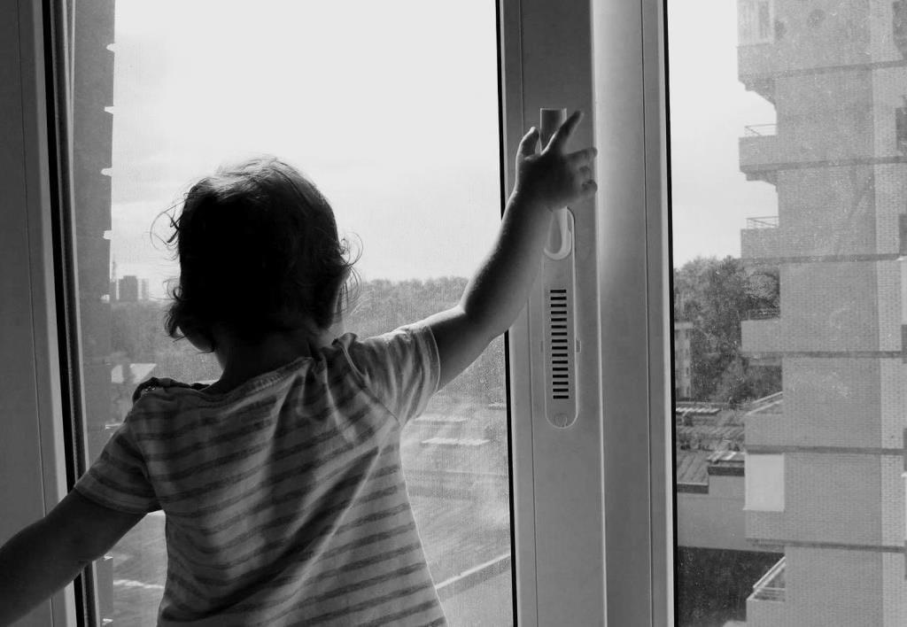 В Тверской области из квартиры на 3 этаже выпала маленькая девочка