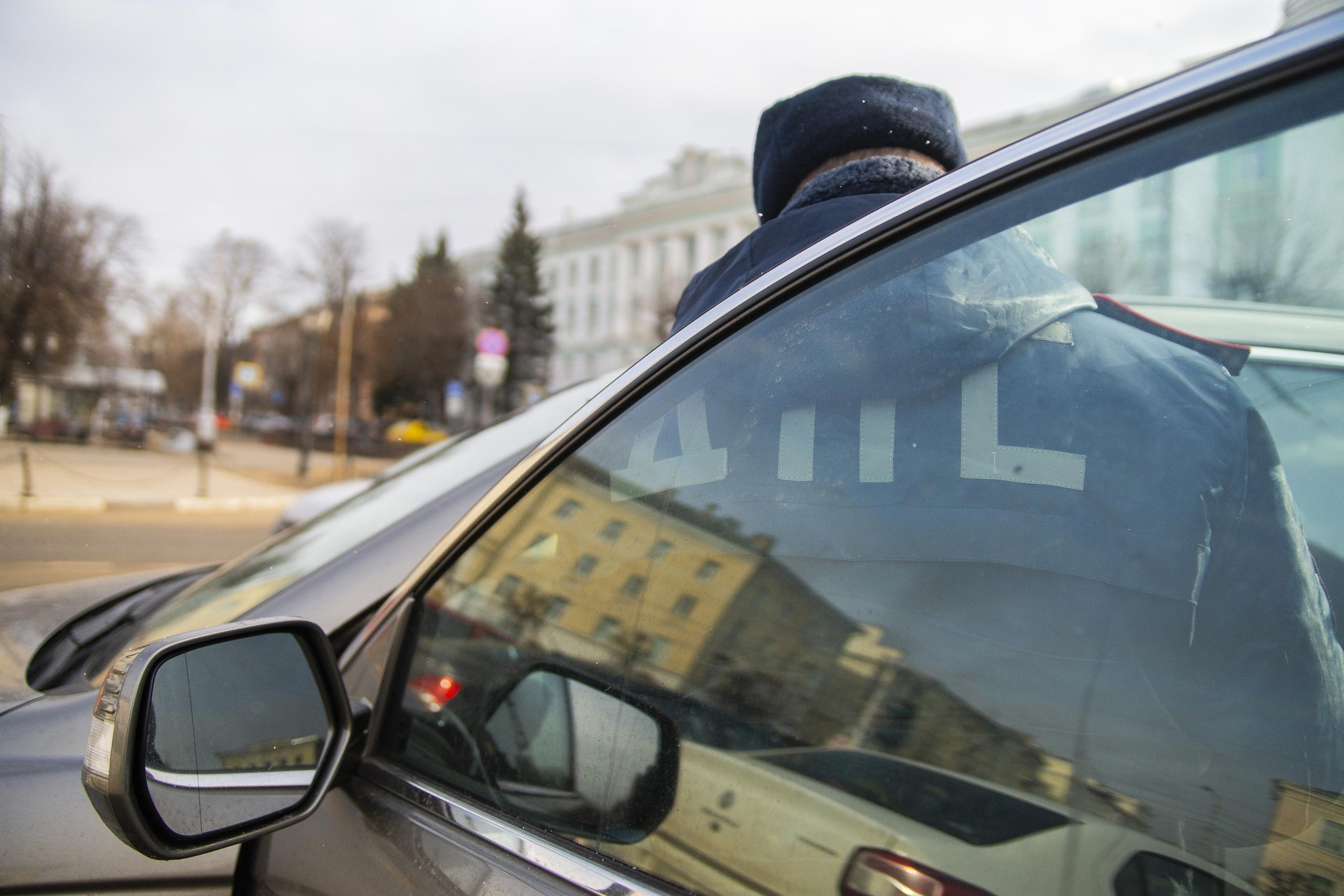 """В Твери инспектор ГИБДД лишился работы из-за подписи """"по дружбе"""""""