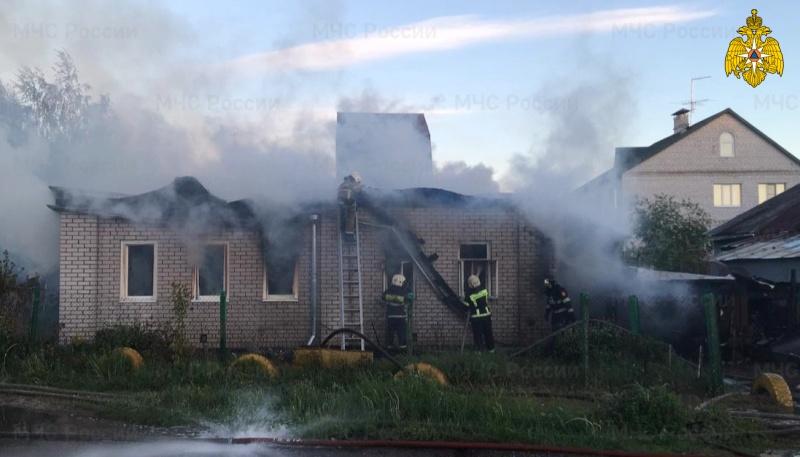 26 человек тушили загоревшийся жилой дом в Твери