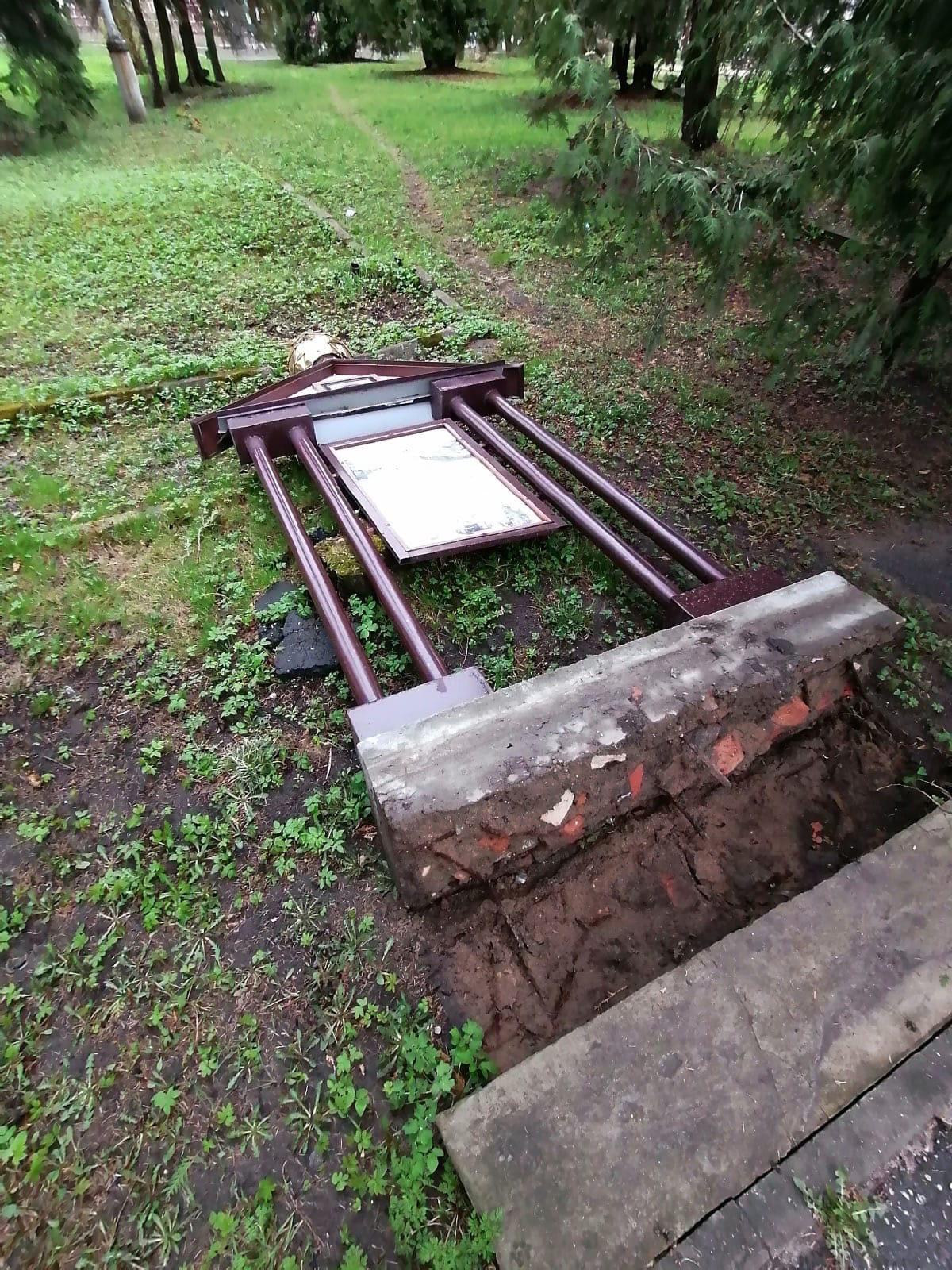 Ветер уронил памятную часовню в городе Тверской области
