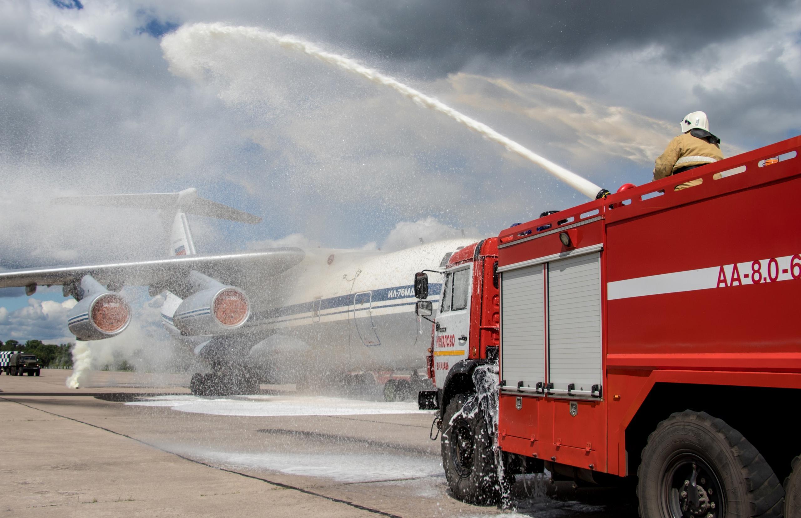 """В Твери """"спасали"""" экипаж самолёта, который загорелся при аварийной посадке"""