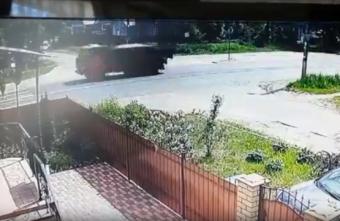 """В Твери уткнувшаяся в телефон школьница попала под """"КамАЗ"""": видео"""