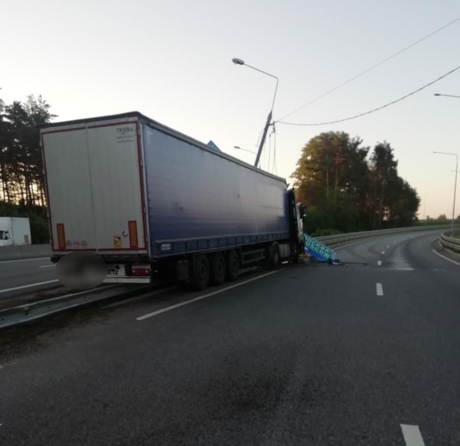 Водитель фуры, которая врезалась в столб в Тверской области, погиб