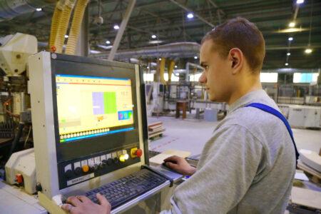 Студенты Тверской области проходят практику на мебельном производстве
