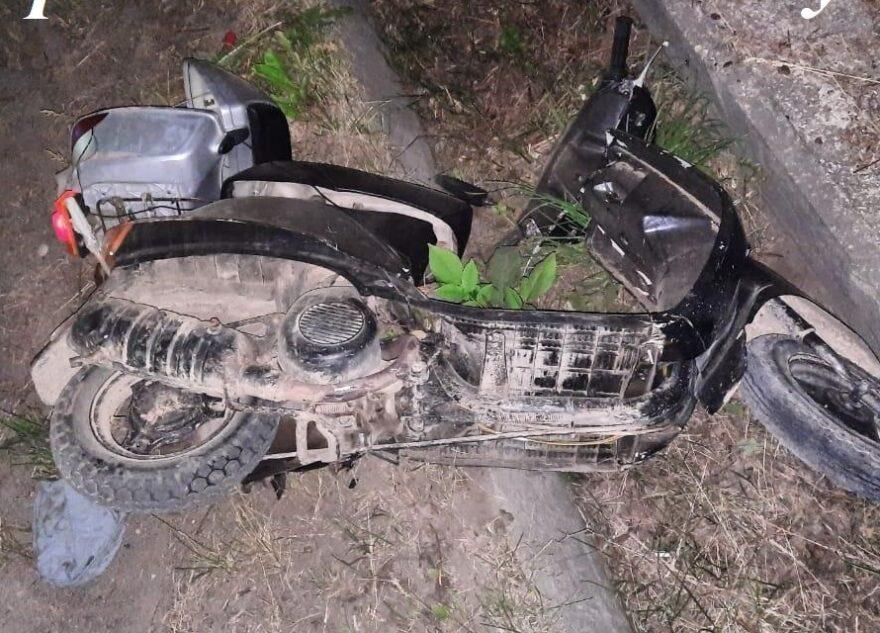 Ночью в Тверской области попал в ДТП скутерист без шлема