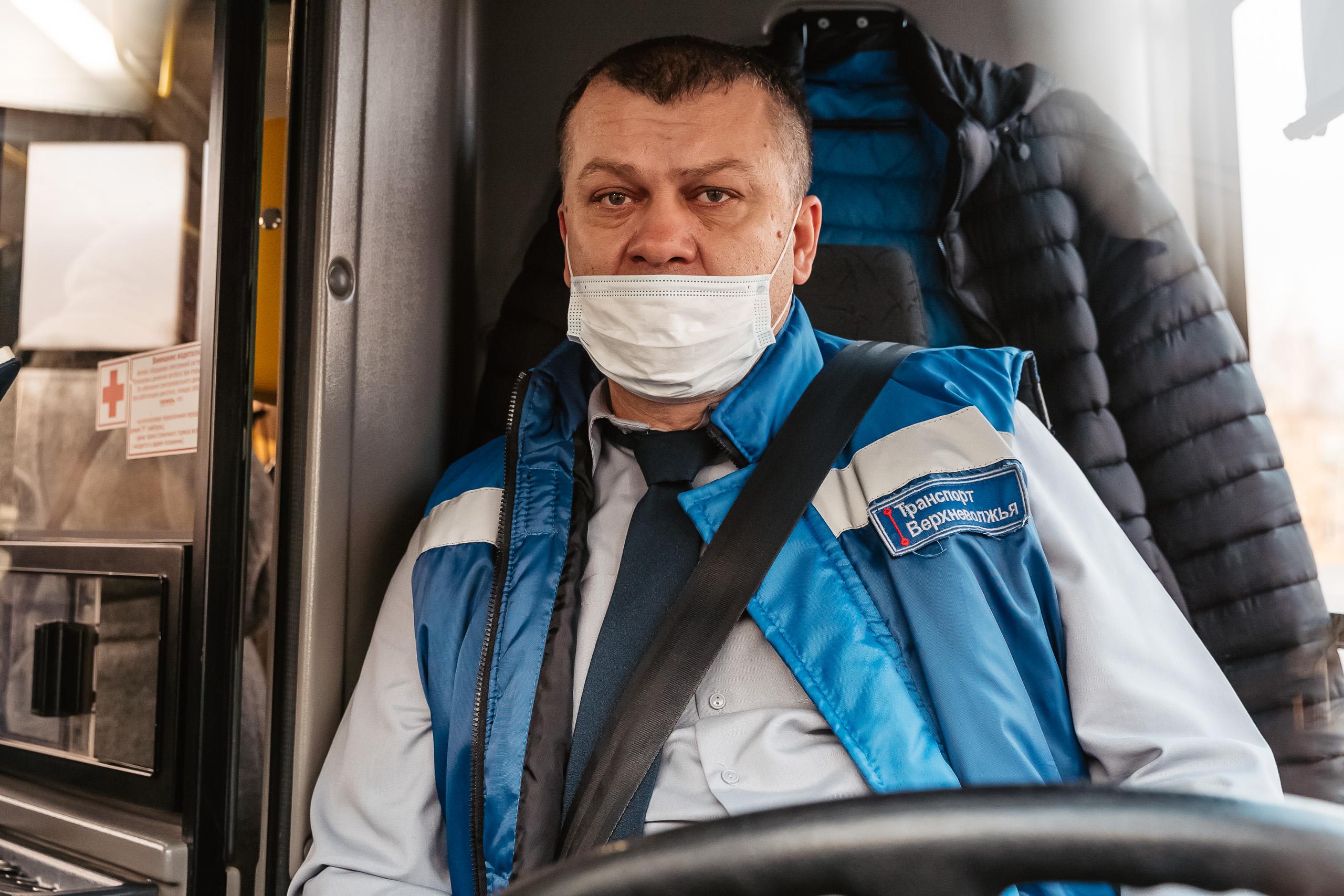 В общественном транспорте Твери опять начали раздавать защитные маски