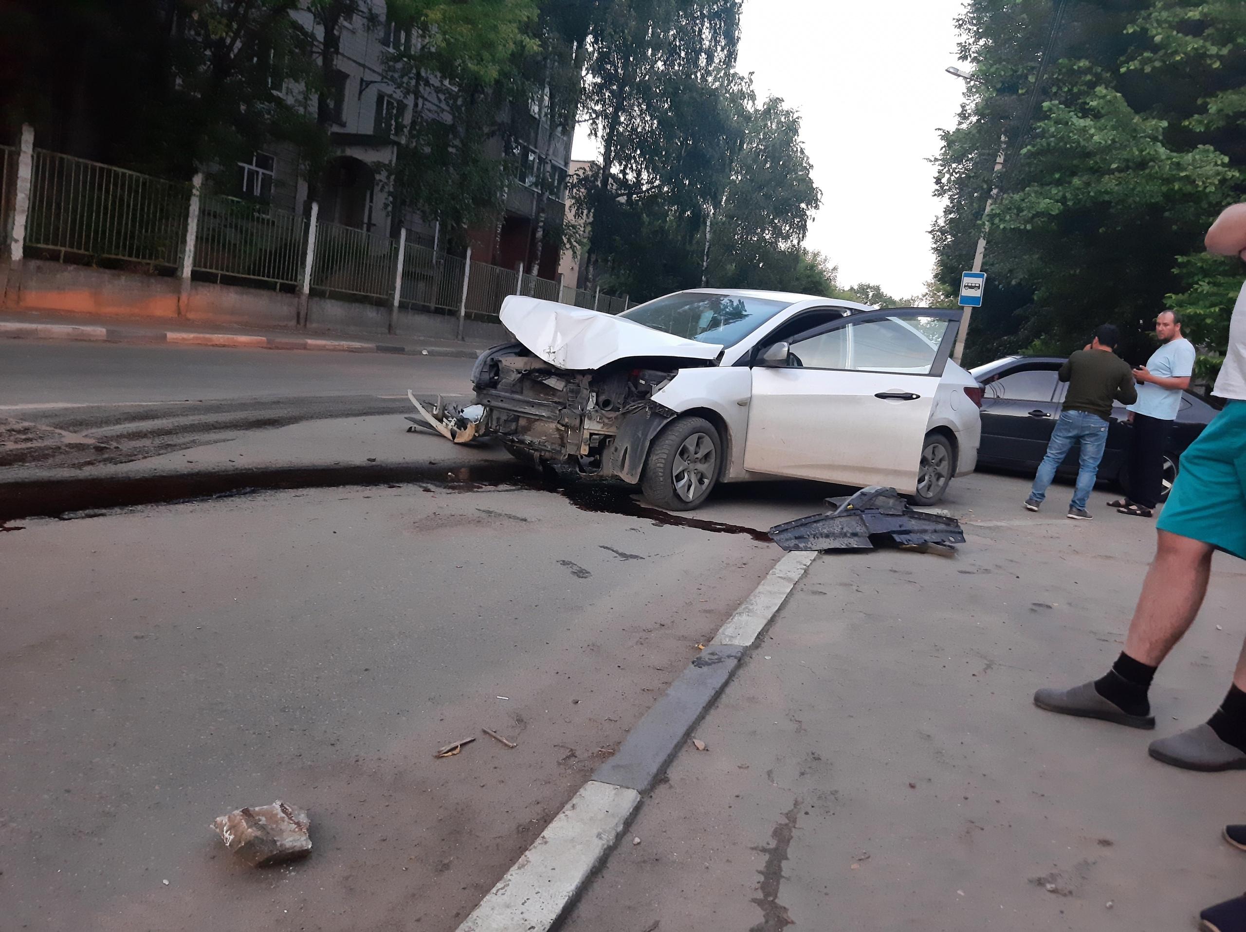 В Твери в лобовом столкновении пострадал водитель иномарки