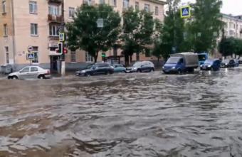 Тверь погрузилась под воду: фото и видео с улиц города