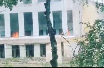 В Тверской области вспыхнул бывший Дом культуры: видео