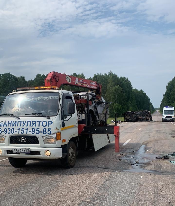 Появились фото и видео лобового столкновения машин в Тверской области