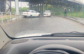 Под Крупским мостом в Твери произошла авария с пострадавшей