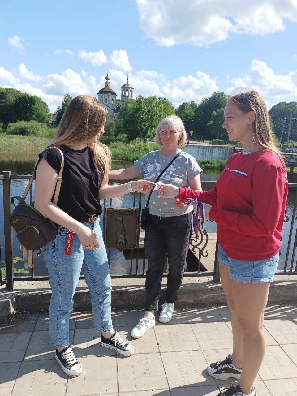 Акцию по раздаче ленточек-флагов провели  в Торопецком районе
