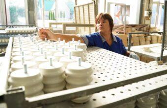 Игорь Руденя посетил Андреапольский фарфоровый завод и пообщался с коллективом предприятия