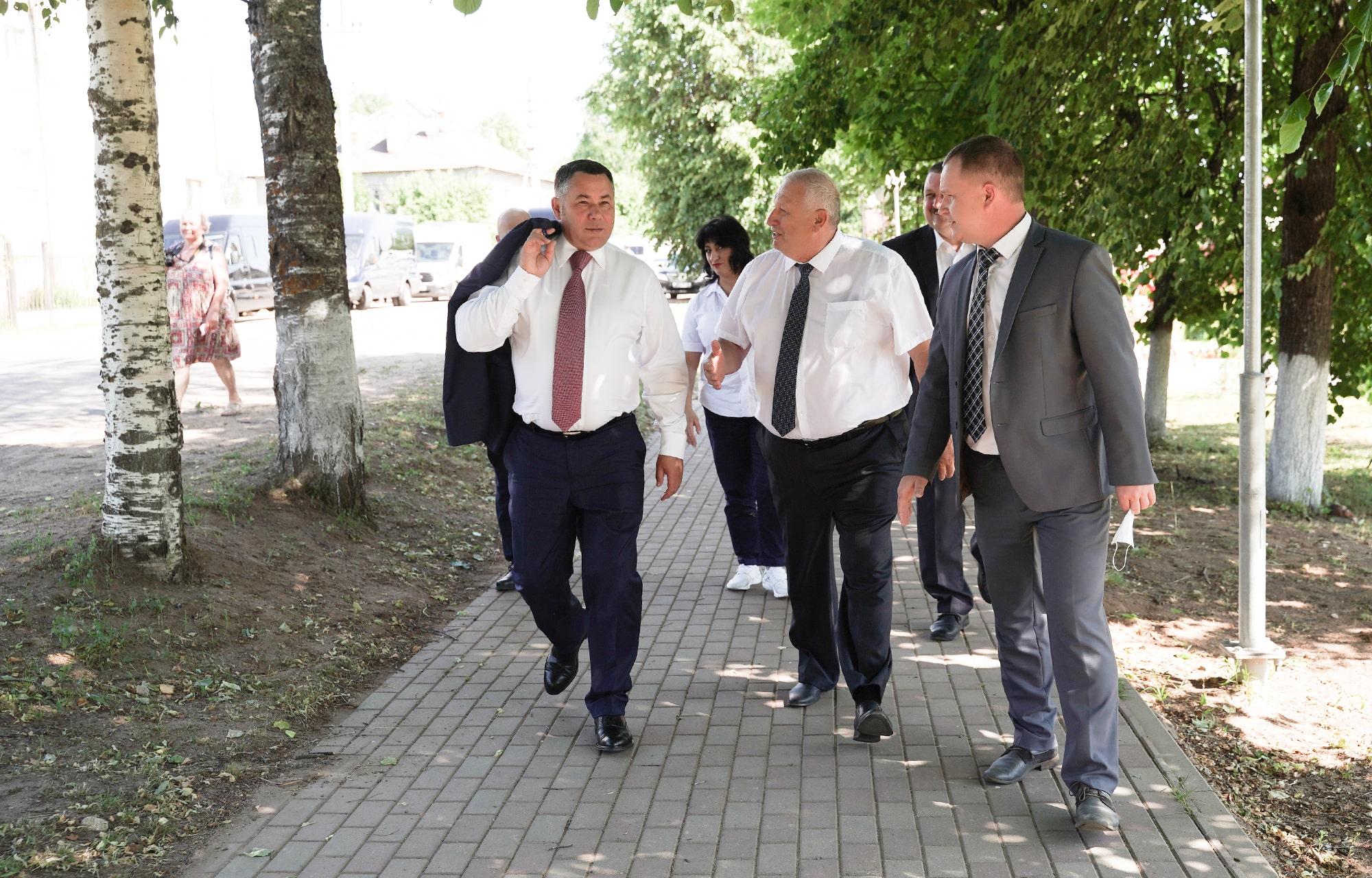 Игорь Руденя проинспектировал благоустройство сквера в Андреаполе