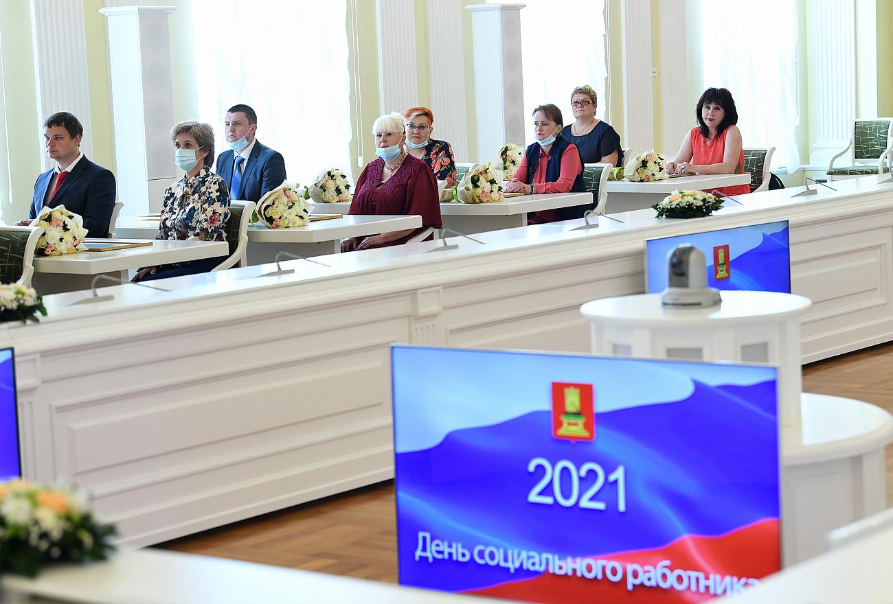 Губернатор наградил лучших соцработников Тверской области